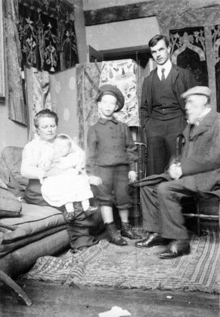 Retrato da família Renoir – Aline com Claude no colo, Jean, Pierre e Auguste  Renoir cd64d1135e